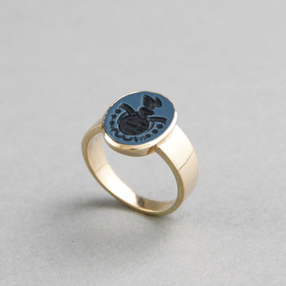 Damen Wappenring, Stein: blauer Lagenachat (in Handarbeit geschnitten), Ring 750er Gelbgold