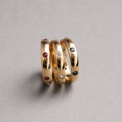 Bandringe, 750er Gelbgold, Rubine, Brillanten, Saphire