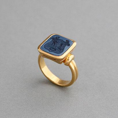 Siegelring, Stein: dunkelblauer Lagenachat (in Handarbeit geschnitten), Ring 750er Gelbgold