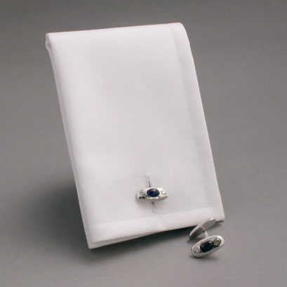 Durchsteckmanschettenknöpfe (Um das Anziehen zu erleichtern, werden die Knöpfe zuerst an dem Hemd befestigt),925er Sterlingsilber, 2 blaue Saphirecabochons, 2 Zirkoni