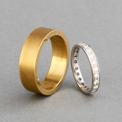 Eheringe, Herrenring aus 990er Gold, matt und Memoire Ring aus 750er Weißgold mit Brillanten
