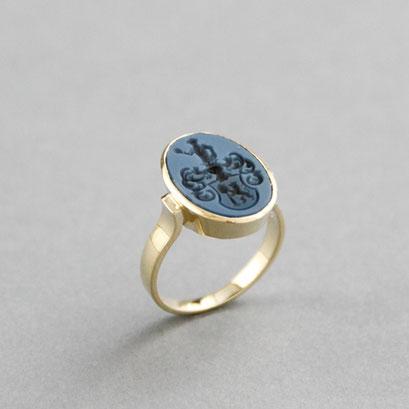 Damen Wappenring, Stein: blauer Lagenachat (in Handarbeit geschnitten), Ring 585er Gelbgold