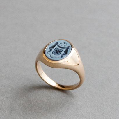 Damen Wappenring, Stein: blauer Lagenachat (in Handarbeit geschnitten), Ring 750er Roségold