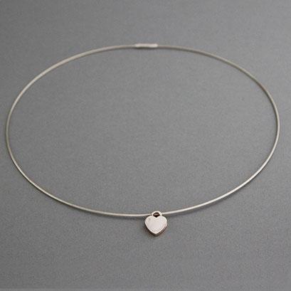 Halsreif mit Herzanhänger aus 925er Silber mit Krokodilverschluss, Herz rückseitig 585er Rotgold