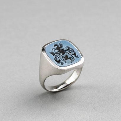 Herren Wappenring, Stein: blauer Lagenachat (in Handarbeit geschnitten), Ring 585er Weißgold