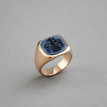 Herren Wappenring mit einem blau–schwarzem Lagenachat (in Handarbeit geschnitten), Ring 750er Roségold