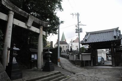 大浦天主堂と妙行寺、そして諏訪神社が接している「祈りの三角ゾーン」。5時には教会とお寺の鐘が一緒に鳴りました。