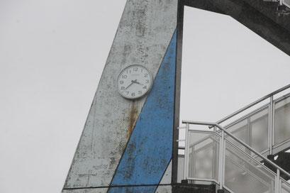請戸小学校の時計はあの時のまま。子どもたちは全員避難して無事でした。