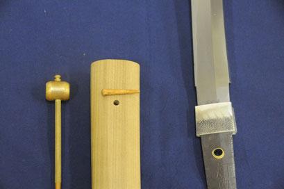 刀と鞘、それをつなげる目貫(めぬき)はそれぞれ別の職人が作る