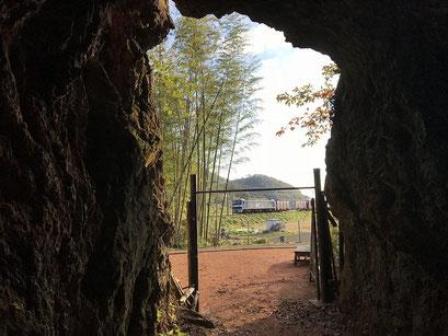 地下壕の外には東海道線が見えます