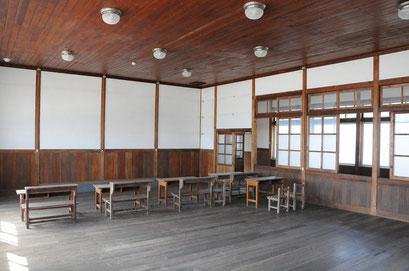 教室。木製の机も置いてありました。