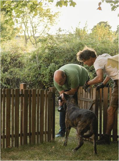 Onder aanmoediging van Dido en Jaap maakt Geert voor ons een mooi  puppiepark