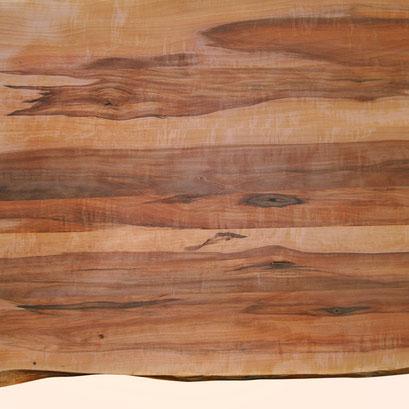 verleimte Platte aus Apfelholz mit kräftiger Maserung, unten mit Naturkante