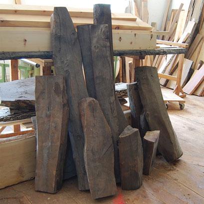 Nussbaumholz, verschieden lange, teilweise halbierte Stamm-Abschnitte