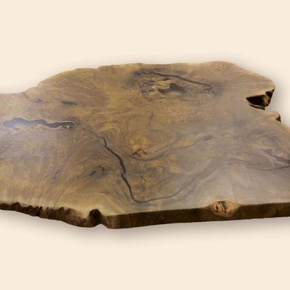 Stammscheibe aus edlem kaukasischen Nussbaum, geschliffen und mit Epoxitharz ausgegossen, als Tischplatte vorbereitet