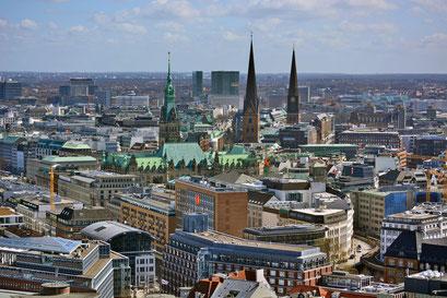 Blick auf das die Hamburger City mit Rathaus, St. Petri und St. Jacobi