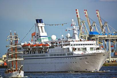 MS ASTOR zur Auslaufparade beim 824.Hamburger Hafengeburtstag 2013