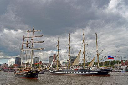 KRUZENSHTERN u. Gulden Leeuw (Dreimast-Toppsegelschoner/NL) beim 823.Hamburger Hafengeburtstag 2012