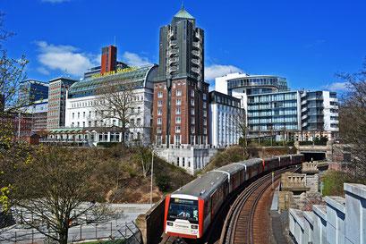Hamburger Hochbahn,gesehen von der Aussichtsplattform über der U-Station Landungsbrücken
