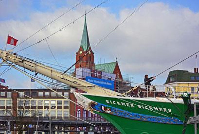 An der RICKMER RICKMERS mit Blick auf die Schwedische Kirche