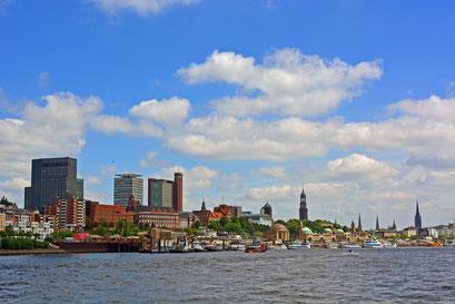 Hamburger Skyline mit ganz viel Elbe