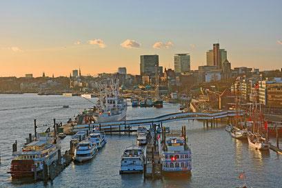 Blick von der Elbphilarmonie in den Hamburger Hafen
