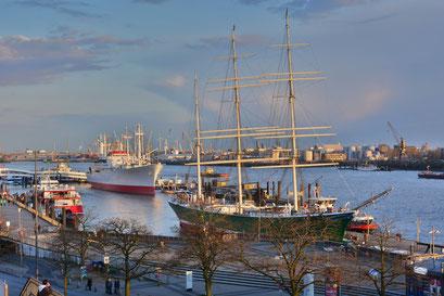 Blick am Abend auf den Hamburger Hafen