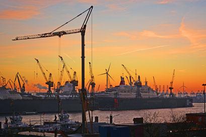 Blick von der Elbphilarmonie in den Hafen zum Sonenuntergang