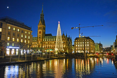 An der Kleinen Alster mit Blick zum Hamburger Rathaus-Weihnachtsmarkt