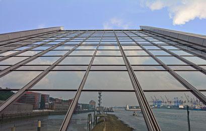 Die etwas andere Hafen-Perspektive am DOCKLAND (Spiegelbild)