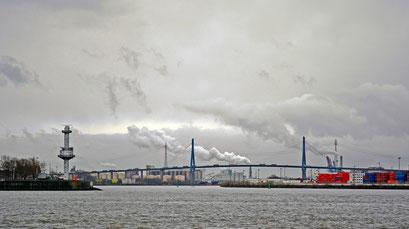 Blick bei Schietwetter auf die Köhlbrandbrücke