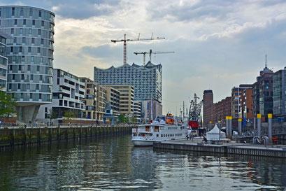 Traditionsschiffhafen mit Blick auf die Elbphilarmonie im Herbst 2014