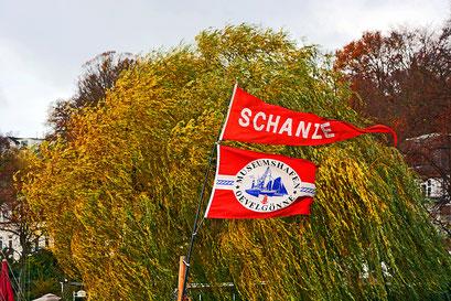 Wehende Flaggen am Museumshafen Övelgönne