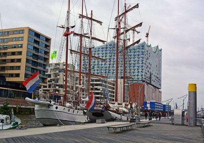 Im Traditionsschiffhafen mit Blick auf die Elbphilarmonie im Januar 2015