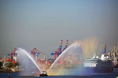 Erstanlauf der AZAMARA QUEST in Hamburg am 23.07.2013, hier an den St. Pauli Landungsbrücken