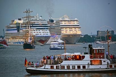 AIDAstella u. MSC MAGNIFICA zur Auslaufparade bei den Hamburg Cruise Days 2014 am 02.08.2014
