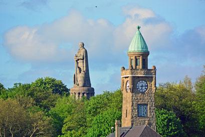 Bismarck-Denkmal mit Uhren-/Pegelturm an den St. Pauli Landungsbrücken