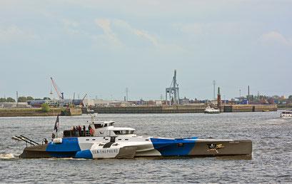 SEA SHEPHERD zur Einlaufparade beim 826.Hamburger Hafengeburtstag am 08.05.2015