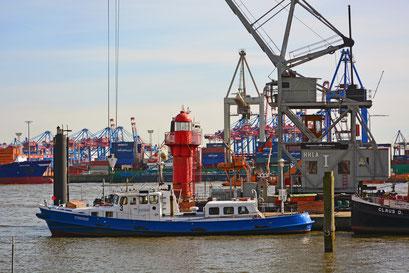 Im Museumshafen Övelgönne mit dem neuen Leuchtturm im April 2015
