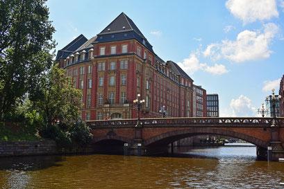 Heiligengeistbrücke- überspannt das Alsterfleet,verbindet Admiralitätsstraße und Rödingsmarkt,mit dem ehemaligen Heiligengeist-Hospital (Kulturdenkmal)