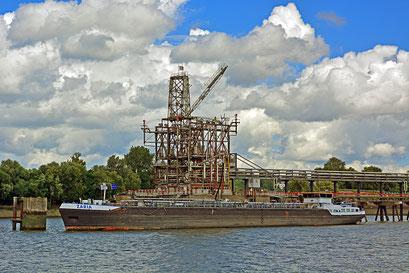 Tankschiff ZARIA am Tankschiffhafen