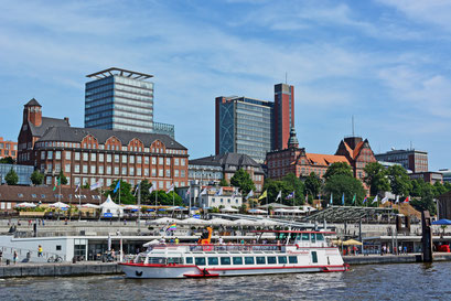 Fahrgastschiff Commodore an den St. Pauli Landungsbrücken