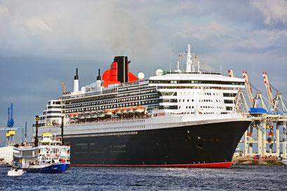 Queen Mary 2 zur Auslaufparade beim 824.Hamburger Hafengeburtstag 2013