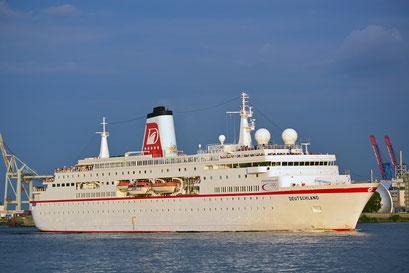 MS DEUTSCHLAND läuft im Hamburger Hafen aus am 31.05.2013