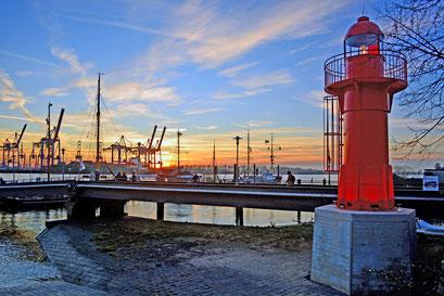 """Leuchtfeuer Pagensand Süd 53°39'48,94"""" / 9°31'34,87"""" zum Sonnenuntergang im Museumshafen Övelgönne im Dezember 2015"""