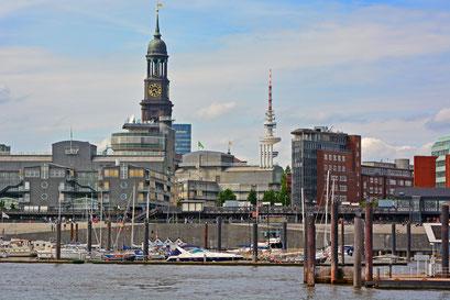 Blick vom Hafen zum Michel u. Telemichel (Fernsehturm)