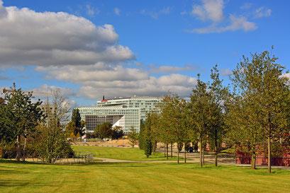 Blick über den Lohsepark zum SPIEGEL-Gebäude