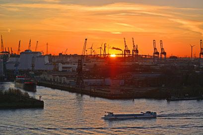 Blick von der Elbphilarmonie zur Köhlbrandbrücke zum Sonnenuntergang