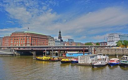 Blick über den Hamburger Binnenhafen zum Michel