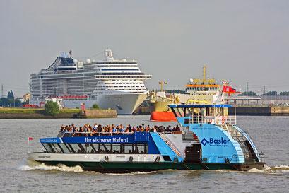 Hafenbetrieb...MSC SPLENDIDA im HCC STEINWERDER u. HADAG-Fähre HARMONIE